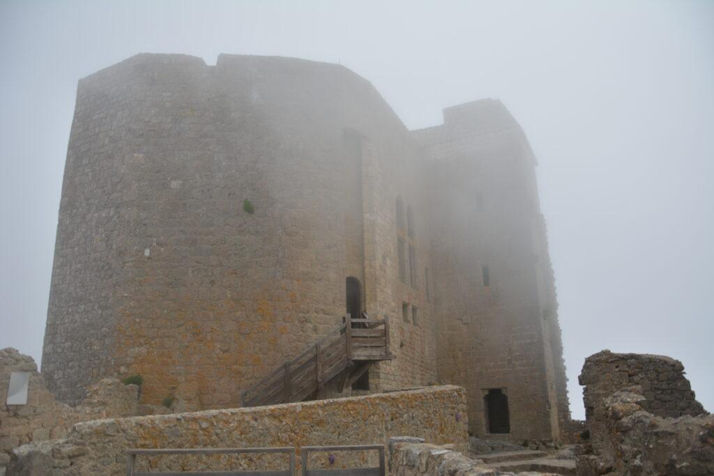 Donjon de Quéribus, dans les nuages