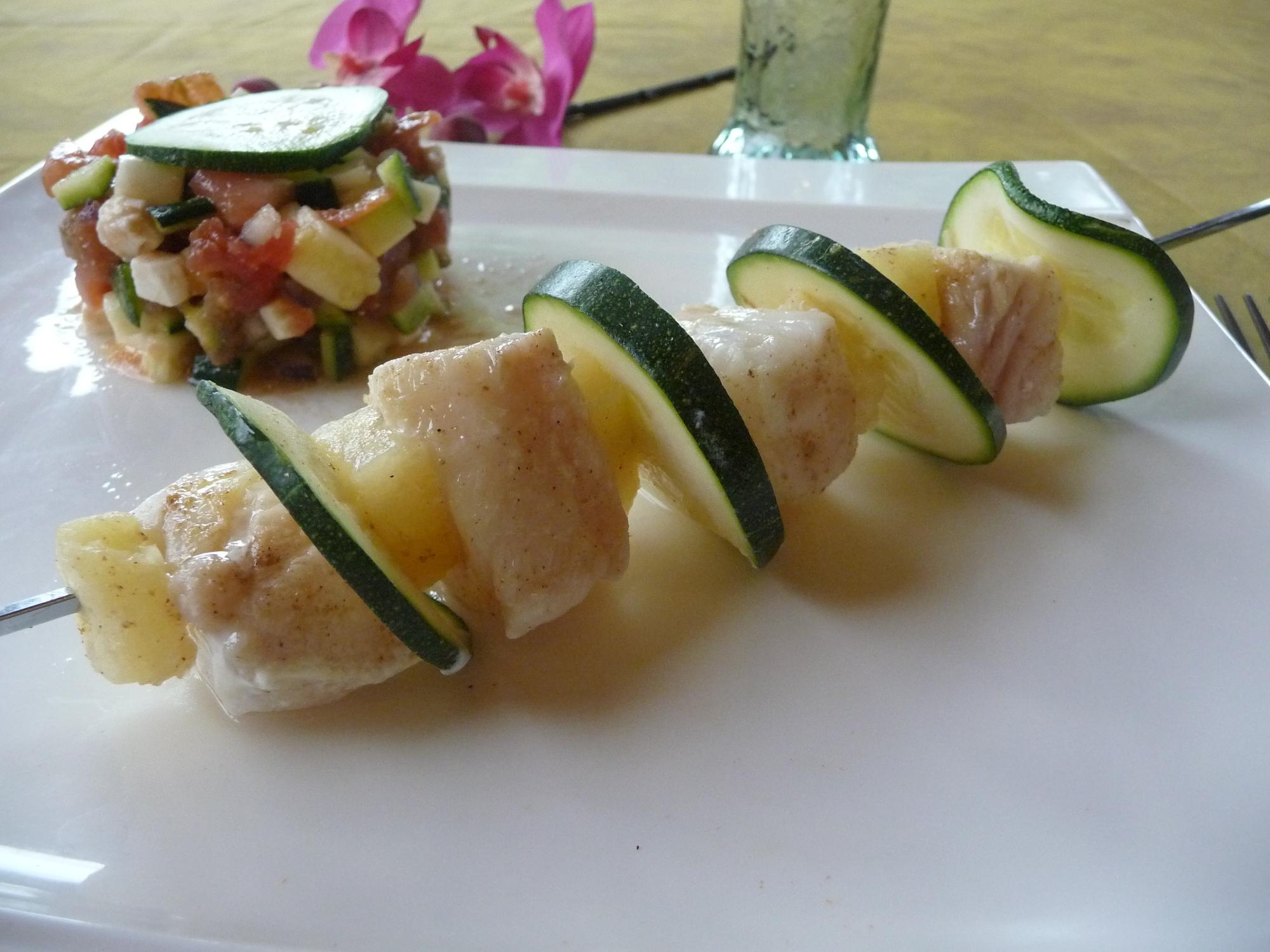 Brochettes de julienne, ananas et épices