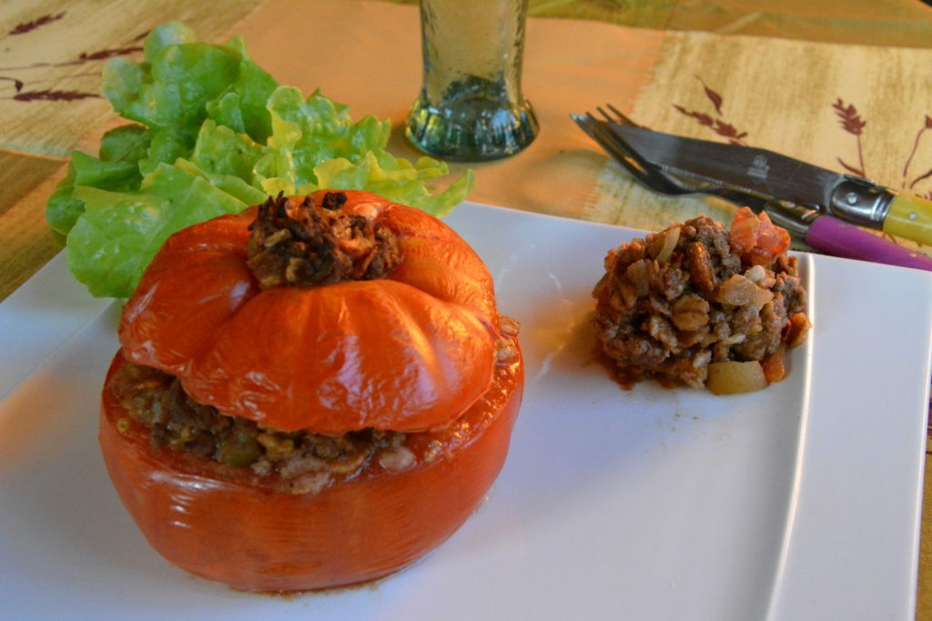 Tomate farcie, bœuf, fruits secs et épices
