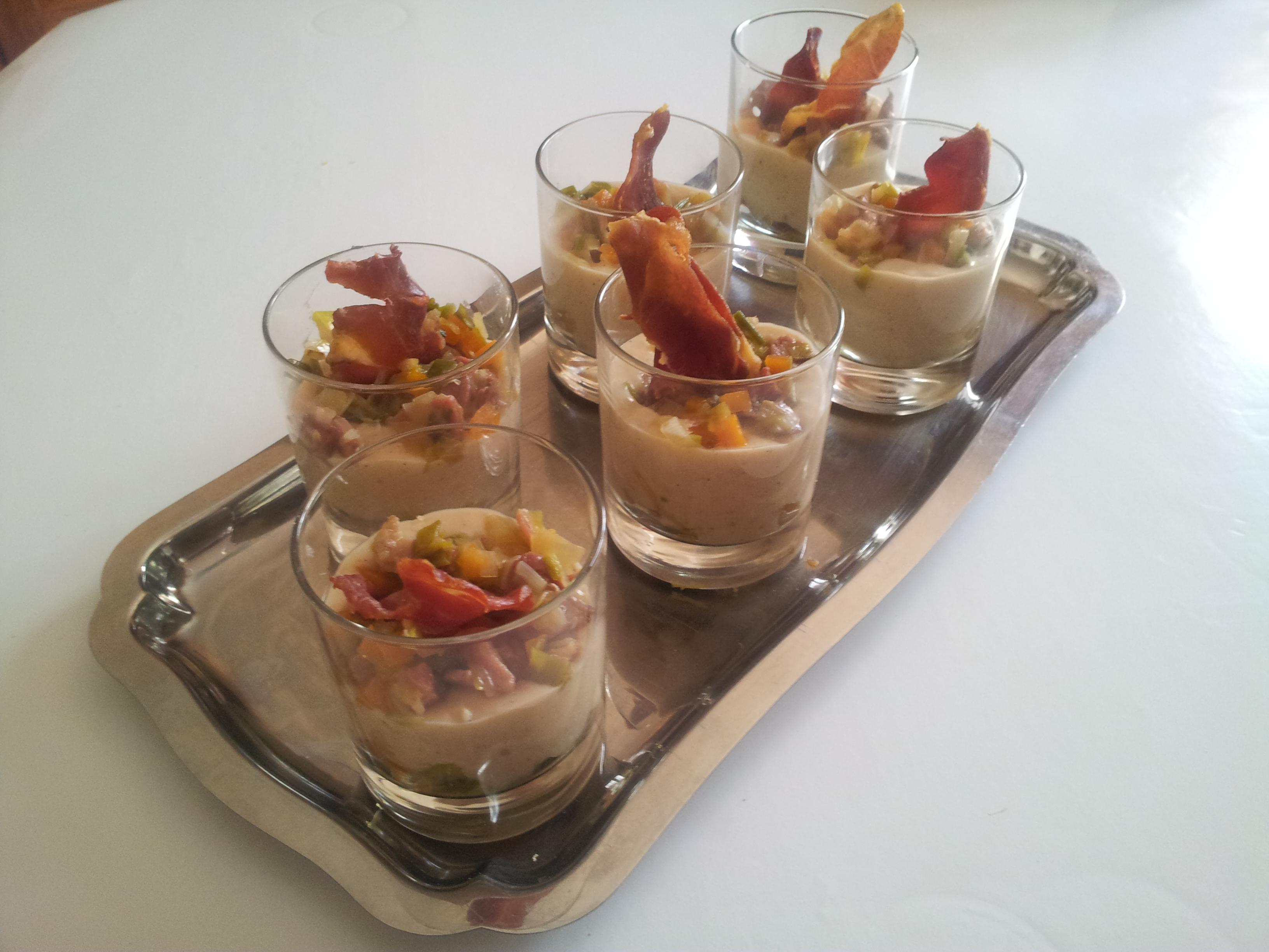 Verrines de crème de mogettes, petits légumes et chips de jambon vendéen