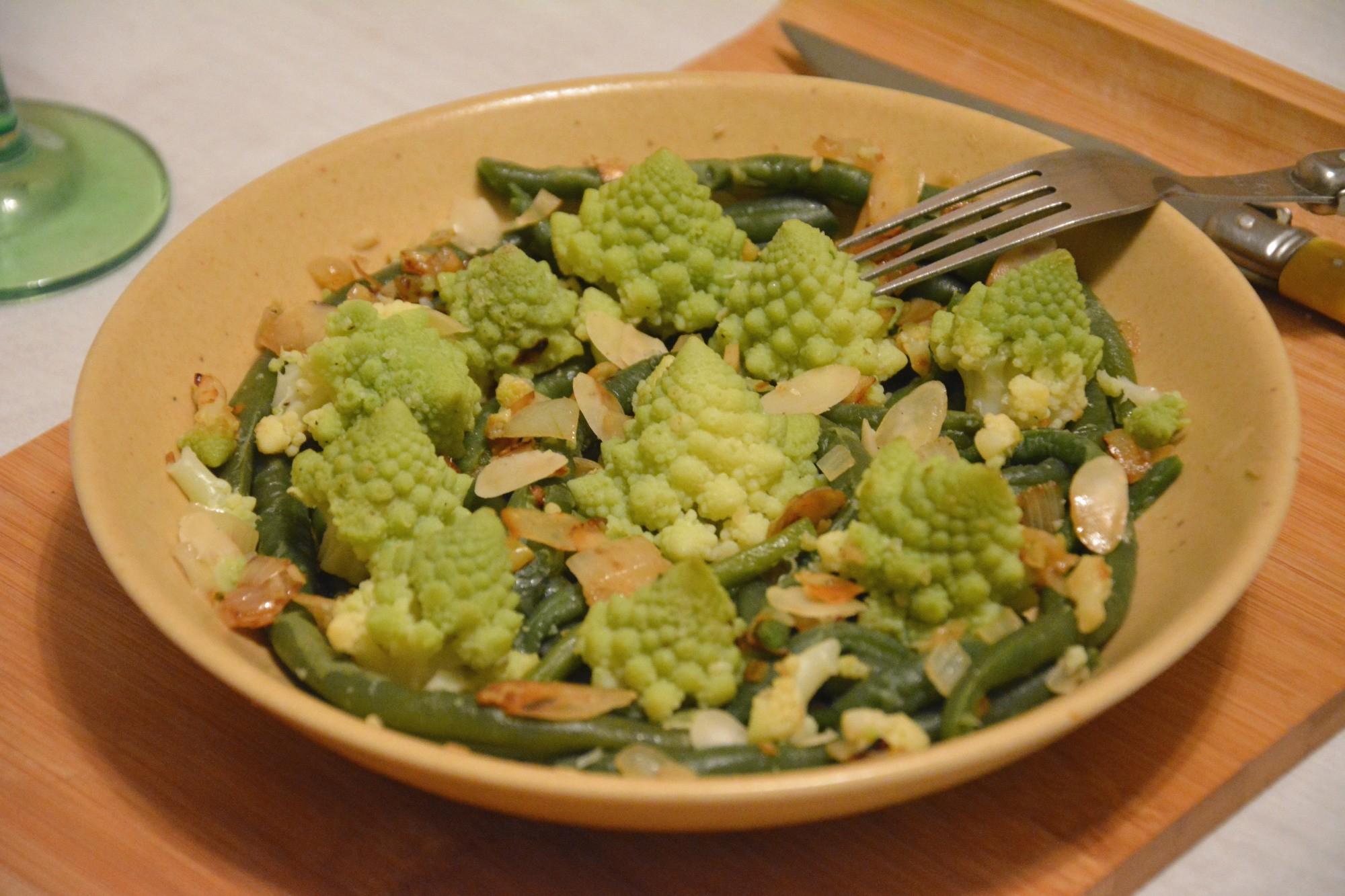 Chou romanesco et haricots verts sautés aux amandes