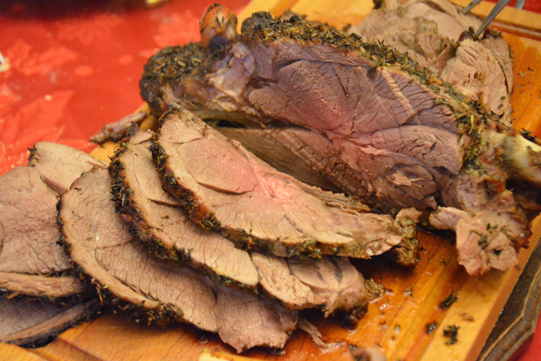 Gigot d'agneau rôti au four – et aux herbes –