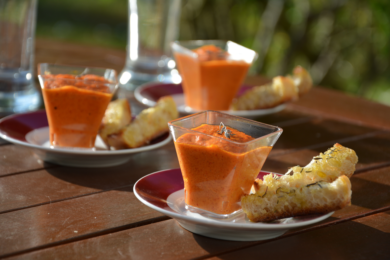 Crème de poivrons à l'huile d'olive & pain grillé au thym