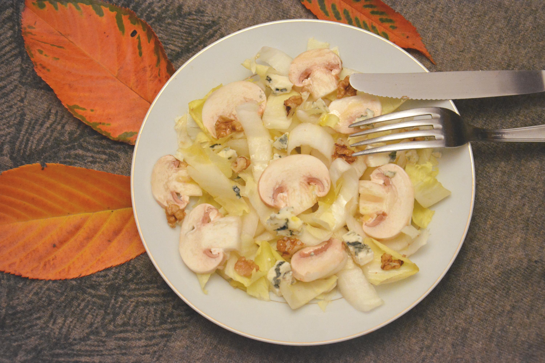 Salade d'automne : endives, champignons, roquefort et noix