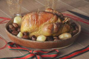 Pintade rôtie accompagnée de poires épicées et marrons glacés (plat de fête)