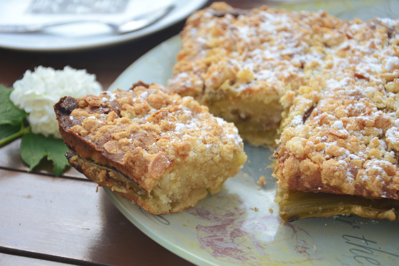 Crumb Cake à la rhubarbe rôtie, vanille, amande