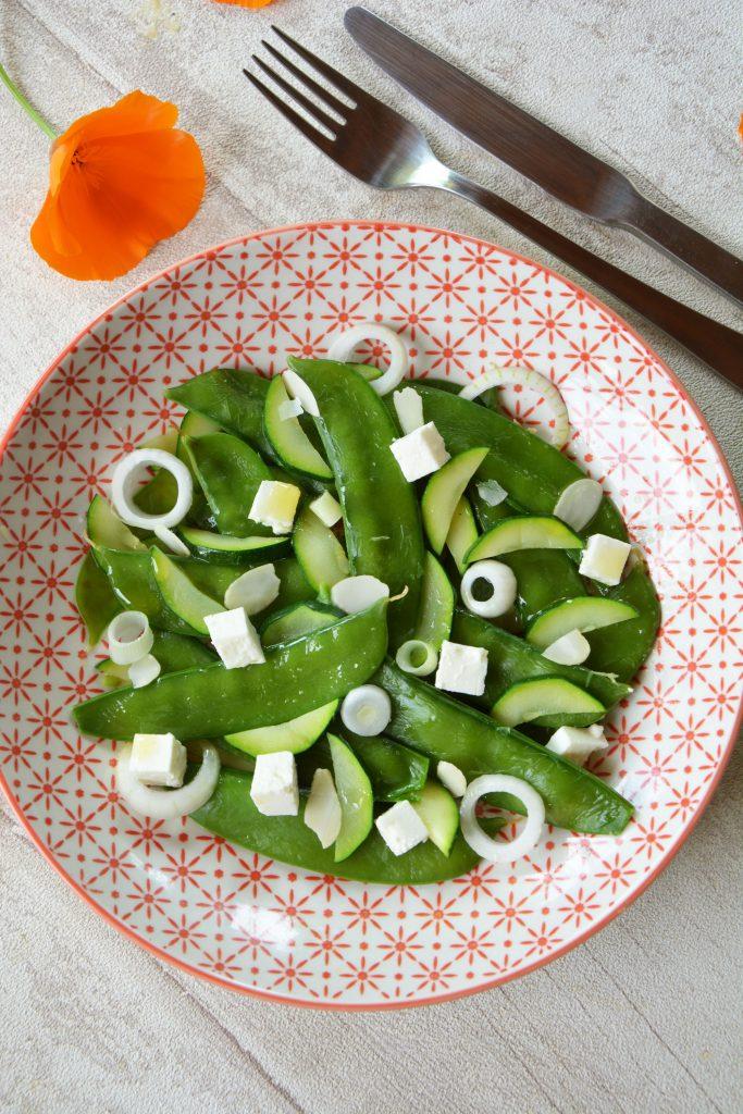 Salade pois gourmands, feta, courgettes et amandes