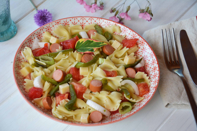 Salade de pâtes paysanne (et légèrement régressive) (tomate, poivron, knackis, emmental,..)