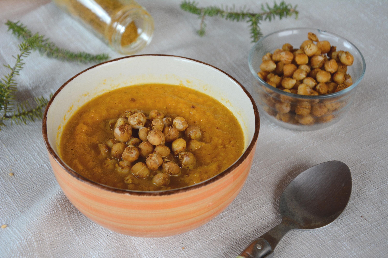 Soupe de carottes aux épices, pois chiches rôtis