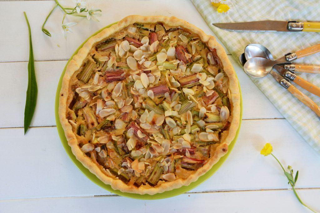Tarte rhubarbe facile - Tarte à la rhubarbe avec crème et amandes