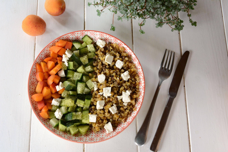 Buddha bowl d'été : lentilles, concombre, abricot, feta