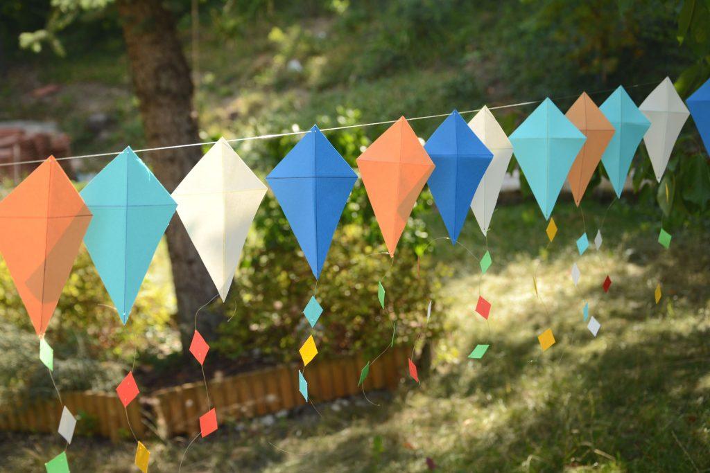 DIY guirlande cerf volant papier - pour le jardin, terrasse, ou s'amuser en vacances
