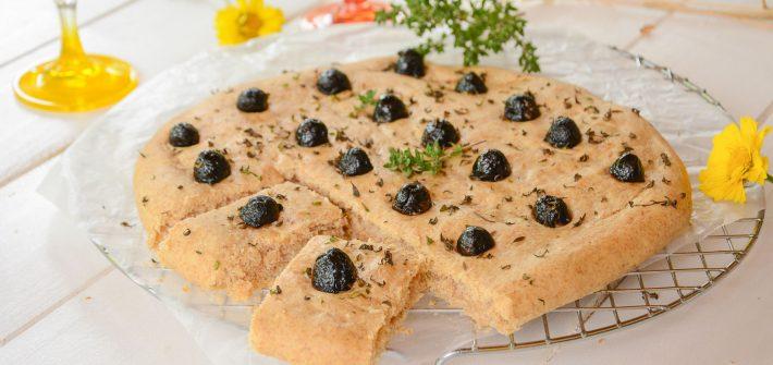 foccacia vin blanc olives noires - aperitif - au fil du thym