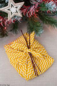 Idée écolo décembre : un emballage cadeau zéro dechet avec la méthode du furoshiki