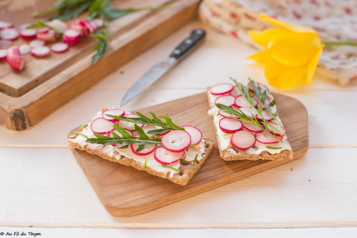Tartines croustillantes radis fromage frais & roquette