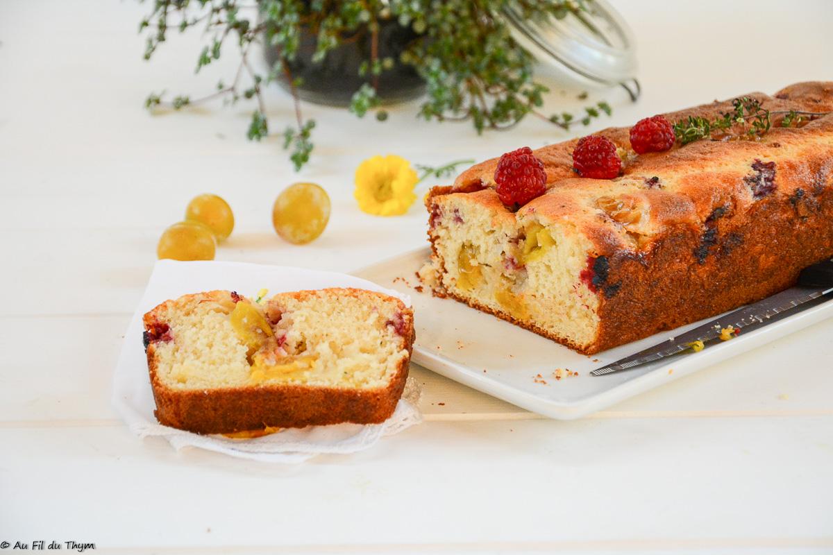 Cake aux yaourt, mirabelles, framboises et thym