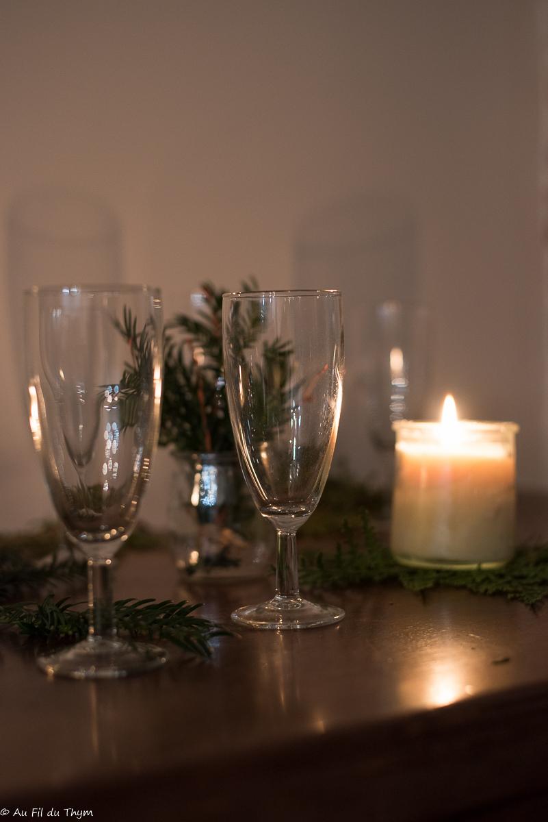 Décoration table fête nature - Bougies et verres transparents